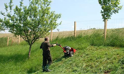 Sekání trávy ve svahu