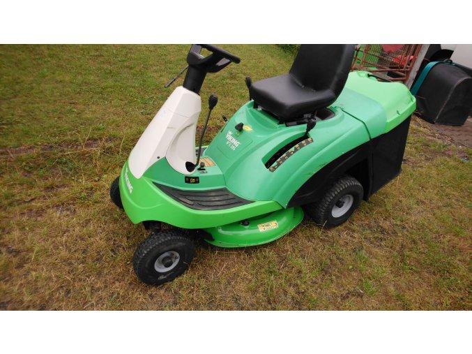 zahradní traktor rider viking zelené barvy na posekané zahradě