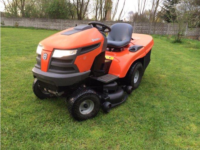 zahradní traktor husqvarna cth 210 xp oranžové barvy na posekané zahradě