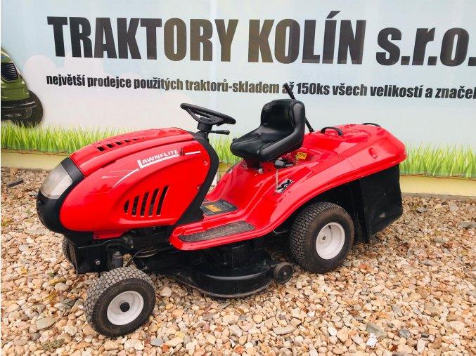 zahradní traktor mtd lawnflite červené barvy před plachtou traktory kolín