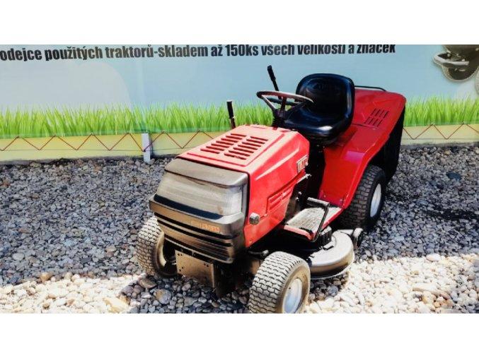 zahradní traktor mtd re 125 červené barvy u plachty traktory kolín