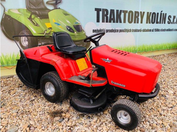 zahradní traktor karsit 16/102 červené barvy před plachtou traktory kolín