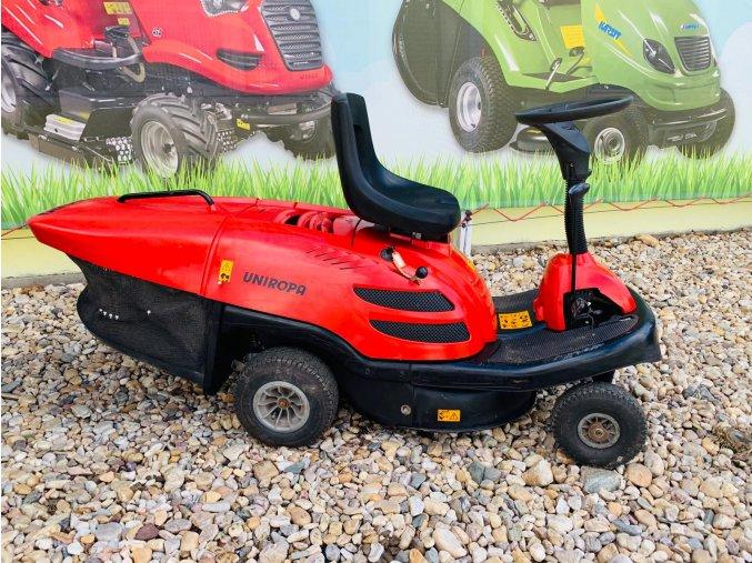 zahradní traktor, rider červené barvy u plachty traktory kolín