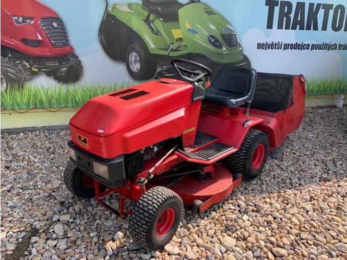 zahradní traktor westwood červené barvy u plachty traktory kolín