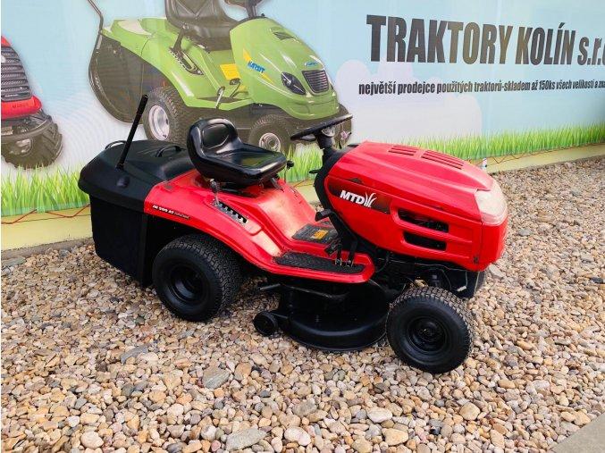 zahradní traktor mtd 20 hp červené barvy u plachty traktory kolín