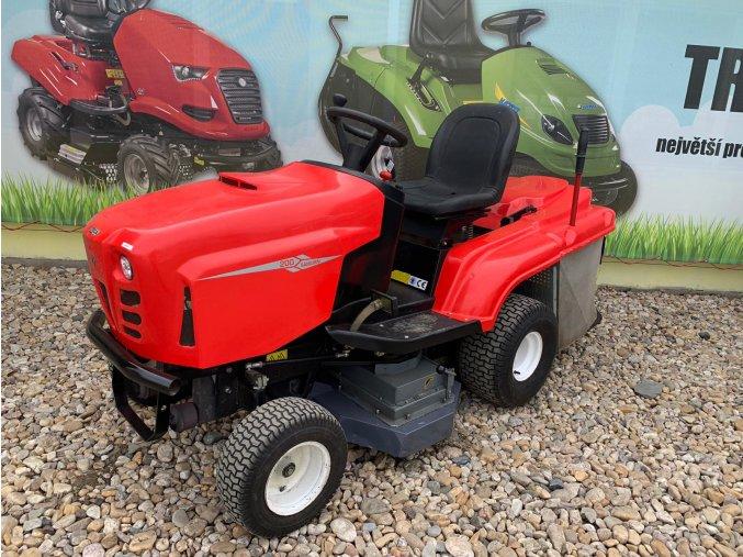 zahradní traktor faga červené barvy s velkými koly před plachtou traktory kolín