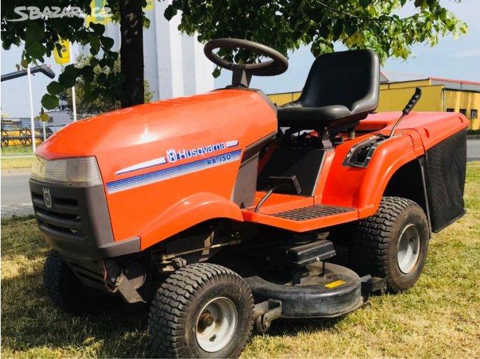 zahradní traktor husqvarna rb 150 oranžové barvy na trávníku pod stromem