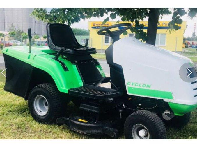 zahradní traktor viking 16/102 zeleno-bílé barvy na trávníku pod stromem
