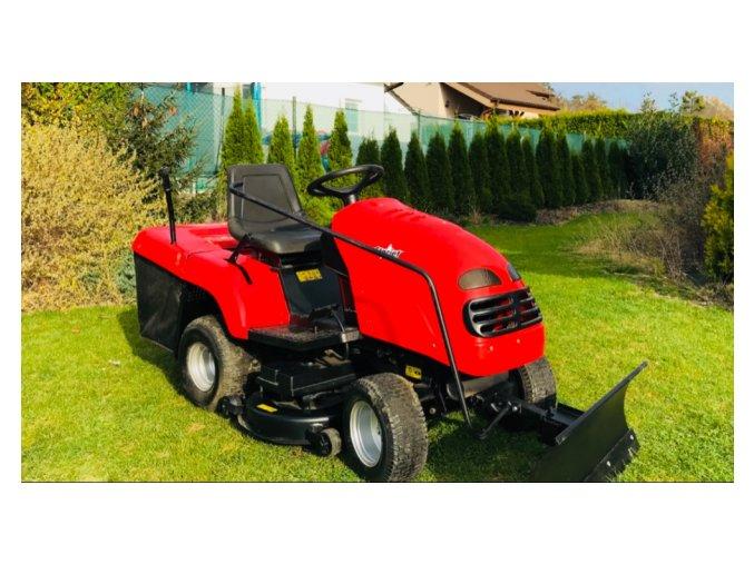 zahradní traktor starjet červené barvy s radlicí na posekané zahradě