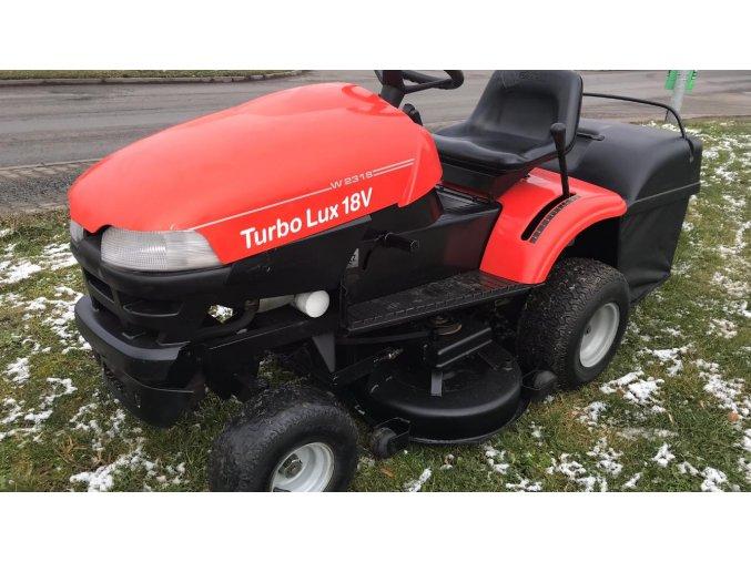 zahradní traktor wisconsin riviera w2900 červené barvy na trávníku u silnice
