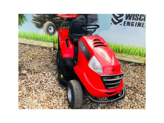 zahradní traktor starjet červené barvy u plachty traktory kolín
