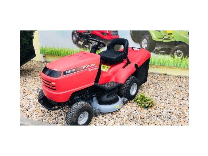 zahradní traktor honda 2216 červené barvy u plachty traktory kolín