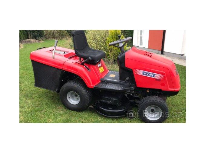 zahradní traktor starjet červené barvy na zahrádce před domem