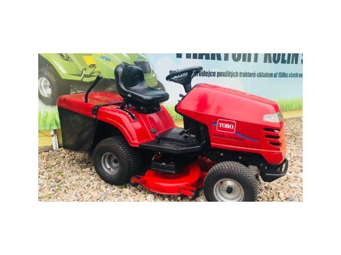 zahradní traktor toro dh 220 červené barvy před plachtou traktory kolín