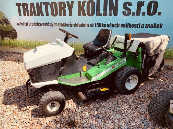 zahradní traktor etesia hydro 100 zeleno bílé barvy a velkými koši před plachtou traktory kolín