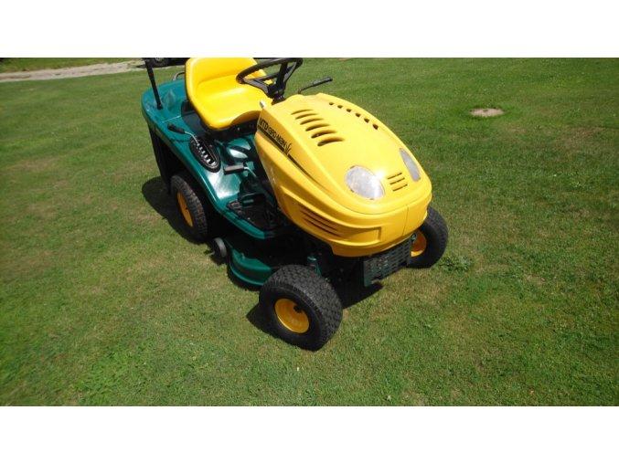 zahradní traktor yardman 20/105 na posekané louce