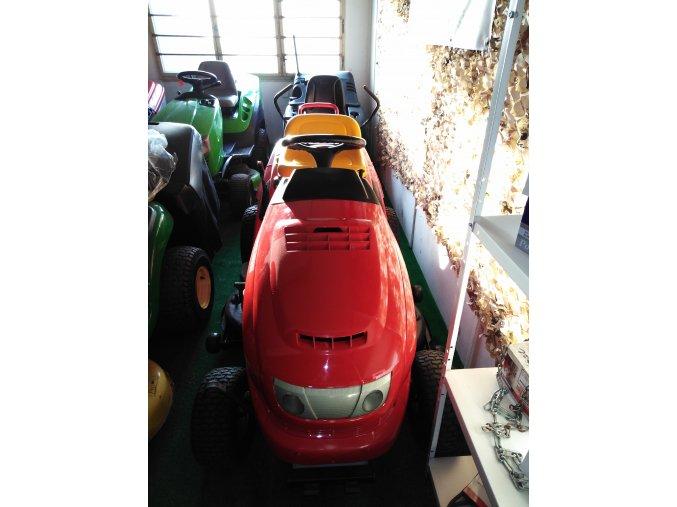 zahradní traktor al-ko t20-102 hde červené barvy v hale