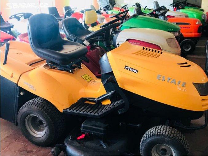 zahradní traktor stiga estate žluté barvy v hale mezi traktory