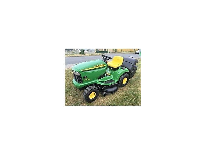 zahradní traktor john deere ltr 180 na posekaném trávníku u silnice