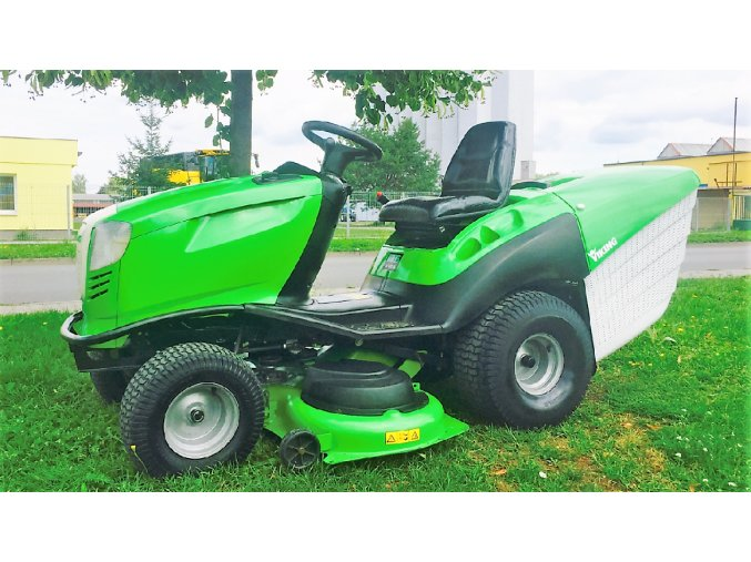 zahradní traktor viking 18/120 zeleno-bílé barvy na trávníku u silnice