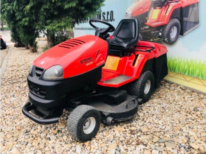 zahradní traktor wisconsin ocelot w2954 červené barvy u plachty traktory kolín