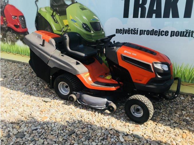 zahradní traktor husqvarna cth 184 t oranžové barvy před plachtou traktory kolín