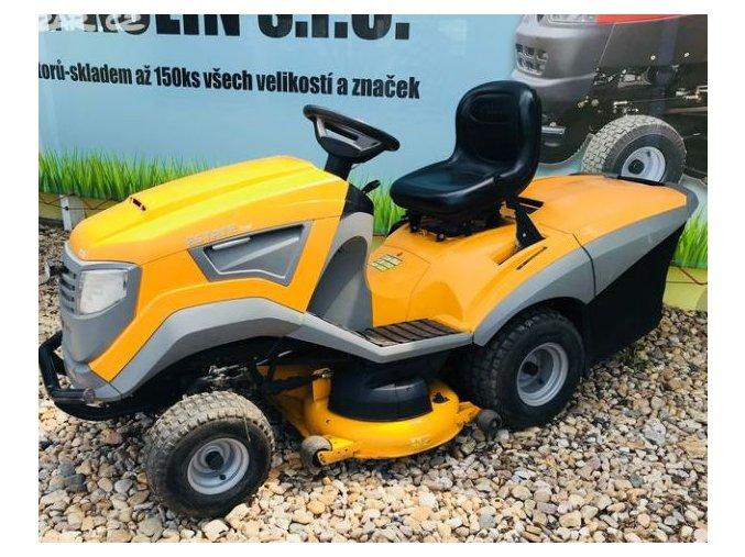 zahradní traktor stiga estate 7102 hw žluté barvy u plachty traktory kolín