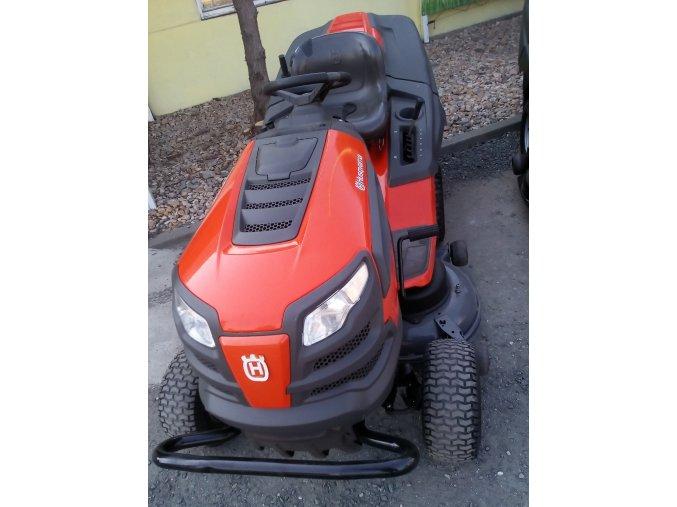 zahradní traktor husqvarna ct184h oranžové barvy před budovou na silnici