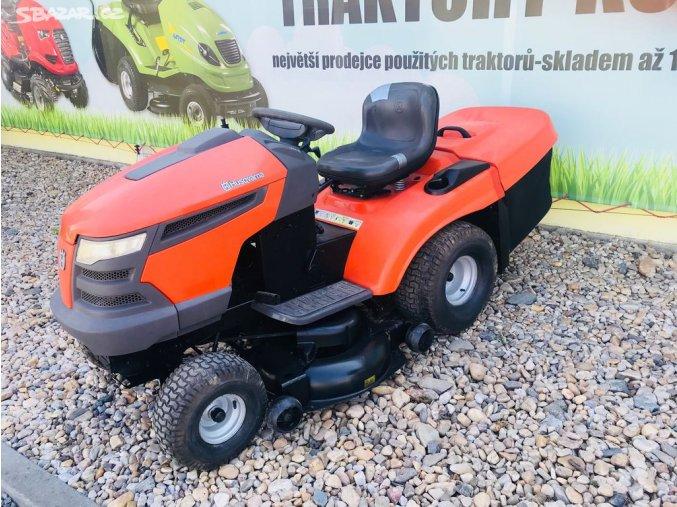 zahradní traktor husqvarna tc 139t oražové barvy před plachtou traktory kolín