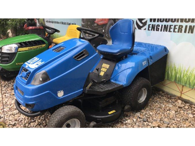 zahradní traktor starjet modré barvy u plachty traktory kolín