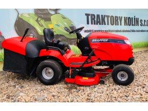 zahradní traktor snapper červené barvy před plachtou traktory kolín