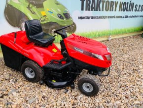 zahradní traktor castel garden 16 hp červené barvy u plachty traktory kolín