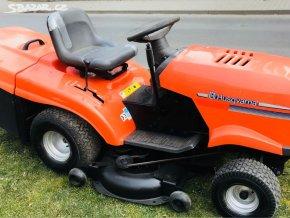 zahradní traktor husqvarna tc 139t oranžové barvy u silnice