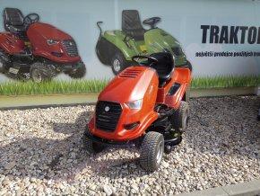zahradní traktor starjet červené barvy před plachtou traktory kolín