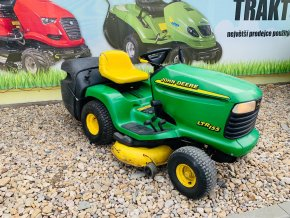 zahradni traktor john deere zelene barvy s velkymi koly pred plachtou traktory