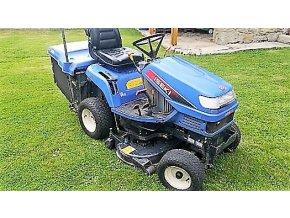profi zahradní traktor iseki sxg 15 modré barvy na trávníku před domem