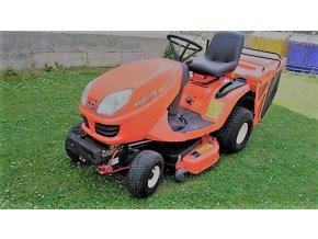 profi zahradní traktor kubota 1600g oranžové barvy na posekaném trávníku