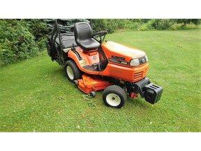profi zahradní traktor kubota G18 d oranžové barvy na posekaném trávníku