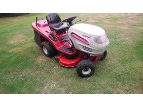 zahradní traktor gutbrod 17 hp červeno-bílé barvy na posekané zahradě