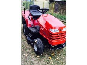 zahradní traktor toro dh 220 červené barvy před plotem