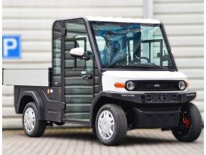 Elektromobil Selvo S2 DCH před garážema