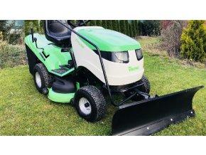 zahradní traktor viking 18/102 zeleno-bílé barvy s radlicí na trávníku