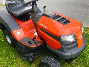 zahradní traktor husqvarna cth 190 oranžové barvy na trávě u silnice