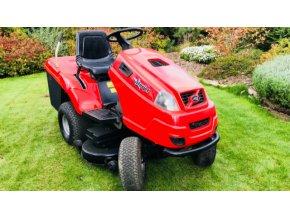 zahradní traktor starjet červené barvy na posekané zahradě