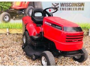zahradní traktor honda 2220 červené barvy u plachty traktory kolín