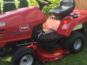 zahradní traktor toro dh 220 červené barvy na zahrádce