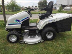 zahradní traktor starjet stříbrné barvy na trávníku u silnice