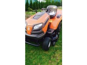 zahradní traktor husqvarna tc 139t oranžové barvy na zahradě
