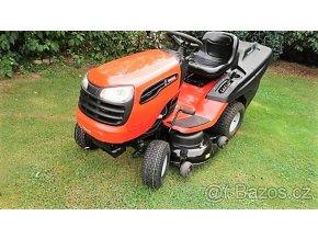 zahradní traktor husqvarna jonsered oranžové barvy na posekané zahradě