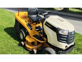 zahradní traktor cub cadet žluto-bílé barvy na posekané trávě
